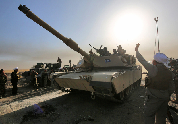 Iraqi forces deploy in the area of al-Shourah, some 45 kms south of Mosul, as they advance towards the city to retake it from the Islamic State (IS) group jihadists, on October 17, 2016. Iraqi Prime Minister Haider al-Abadi announced earlier in the day that the long-awaited operation to recapture Mosul was under way. / AFP PHOTO / AHMAD AL-RUBAYE